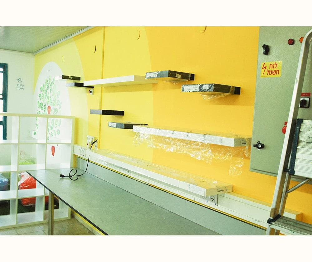 עיתוב קירות חקר בחדר מדעים