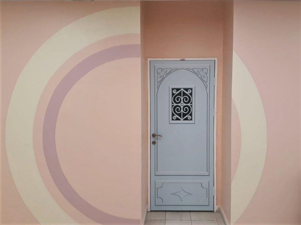 תקריב של הדלת בתוך הנישה