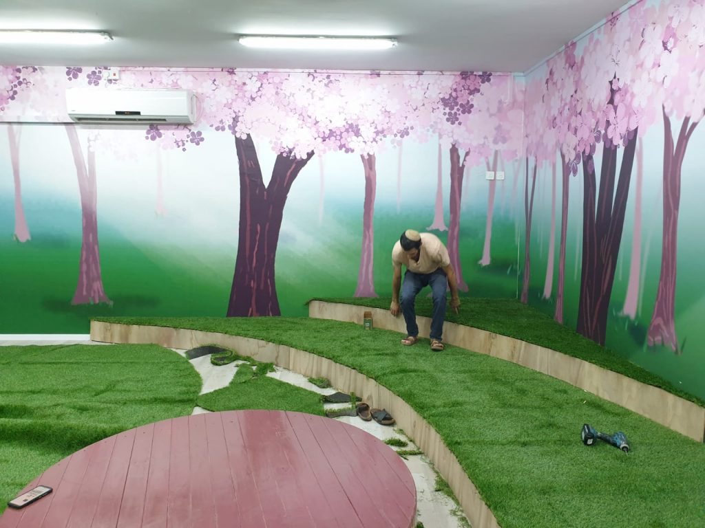 מהלך התקנת הדשא הסינתטי בכיתה
