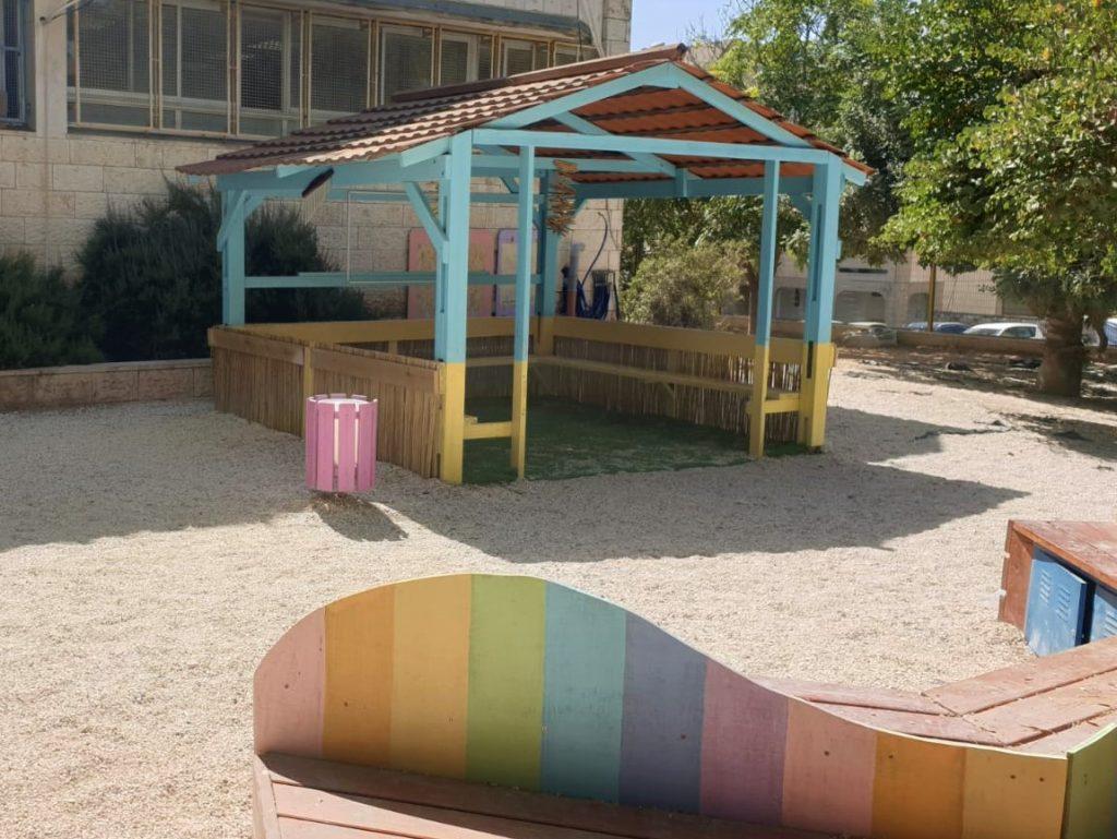 מבט על הביתן והספסל הצבעוניים
