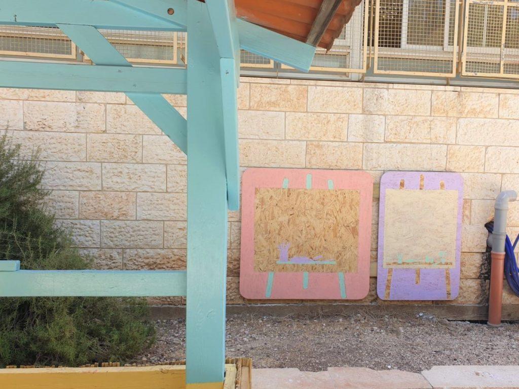 תקריב של כני ציור מעץ מאחורי הביתן