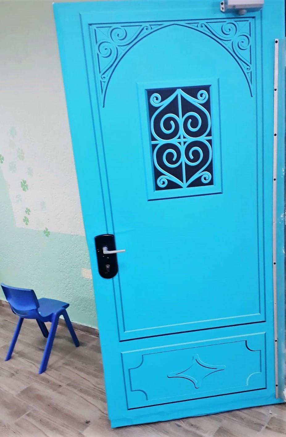 """תקריב של פרינט על גבי דלתות המבואה עיצוב מרחב מבואת בית הספר תל""""י גילה"""