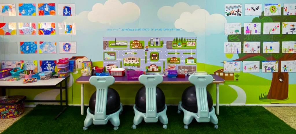 עיצוב כיתה אלטרנטיבית כסאות פילאטיס לוחות מגנטיים בית ספר יסודי ניצן