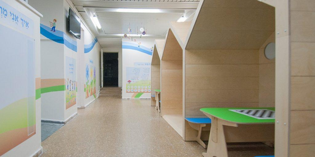 עיצוב מרחב כיתות - ביתני עץ ולוחות קיר